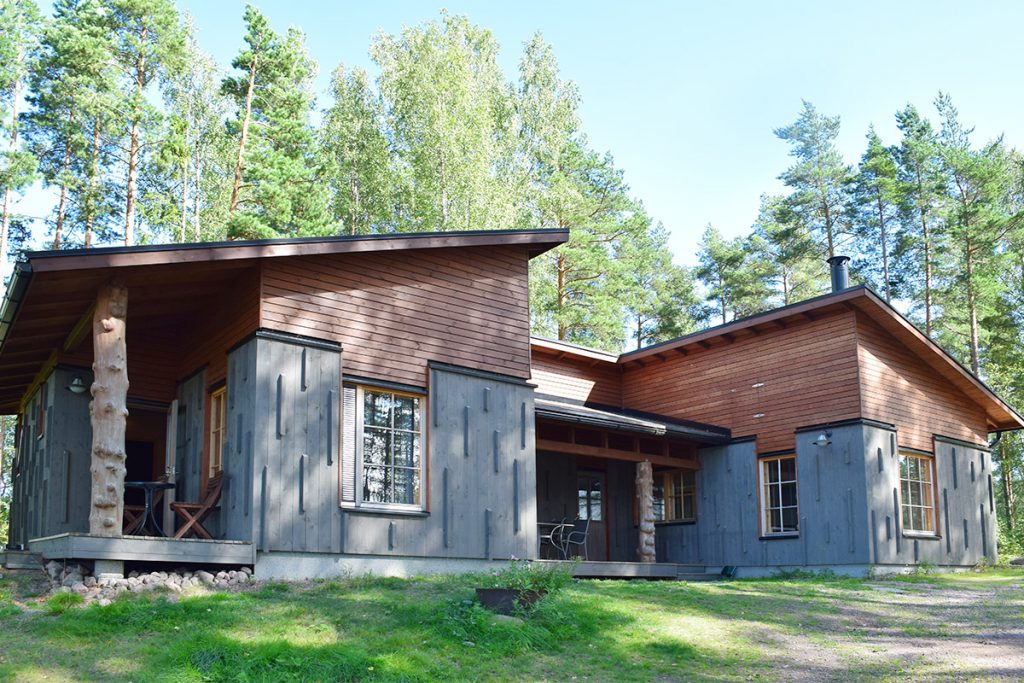 Cottage 19 Built in 2014. Layout and features: 3 bedrooms and kitchen, dressing room, electric sauna, 2 x shower, 2 x indoor toilet, air conditioning and fireplace. The courtyard area is the most flat. There is a small difference in height. The parking space is located in front of the front door. The terrace area [...]