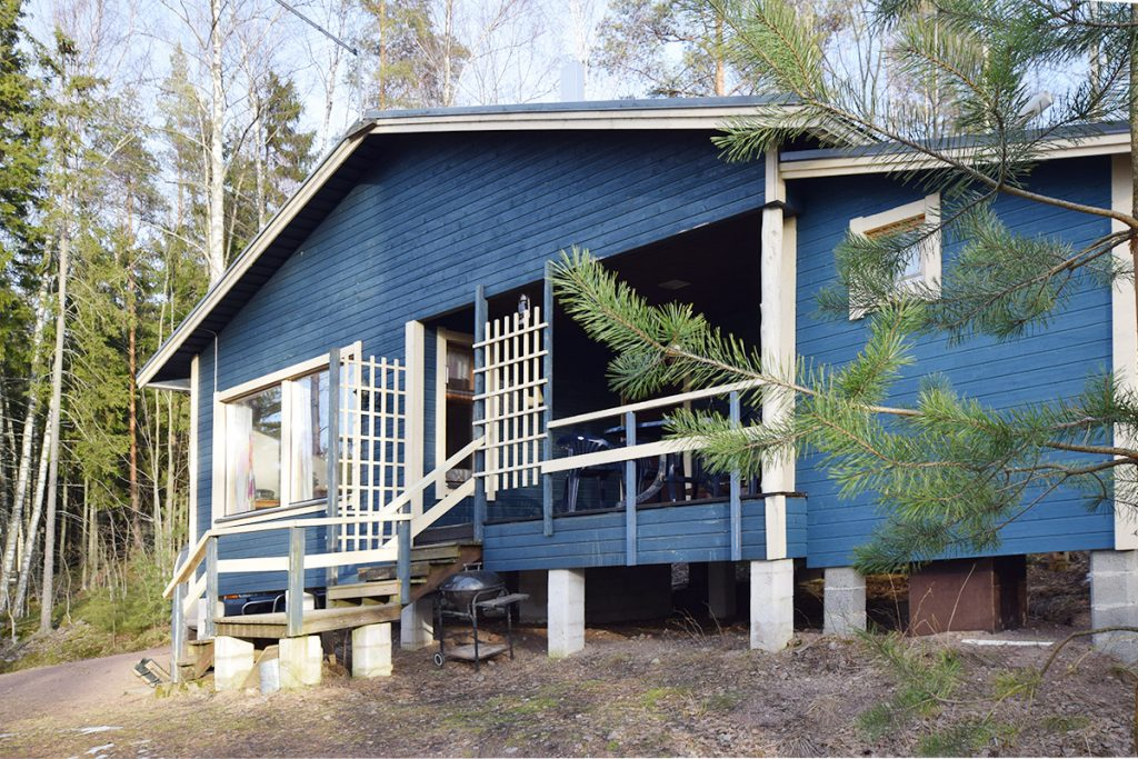 Mökki 5 E Rakennettu 1991. Peruskorjattu ja rakennettu sisävessa v. 2010. 38 neliön saunarakennus. Rakennettu 1991, pumppu ja vesihuolto uusittu v. 2011. Varustus Rakennuksessa on 1 makuuhuone, olohuone ja keittiö, kuisti, suihku, sisä-WC, takka, yhteinen rantasauna. Lattialämmitys suihkussa ja WC:ssä. Jokainen mökki (5C, 5D ja 5E) on rakennettu mäen rinteeseen. Mökit ovat n. 20 metrin [...]